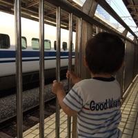 新幹線を眺める1歳児