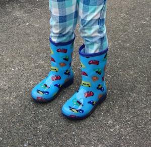 2歳児長靴をはく